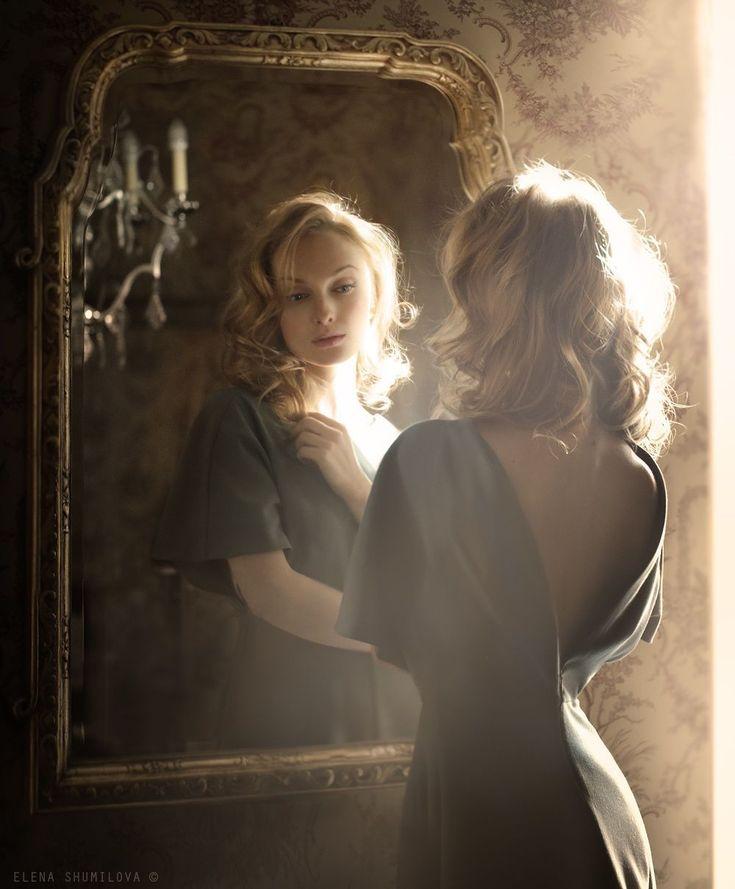 Картинка девочка смотрится в зеркало