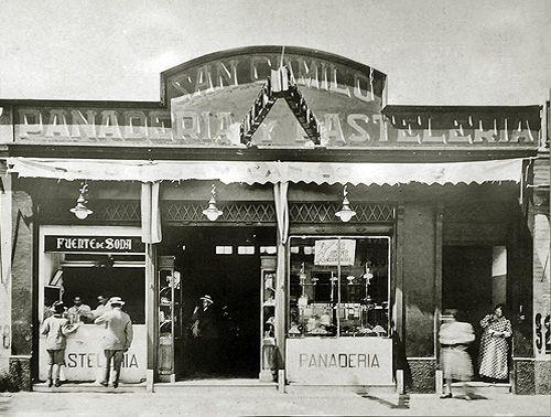 """La imagen más antigua que se conserva de la casa central de la panadería, pastelería y por entonces fuente de soda familiar """"San Camilo"""",..."""