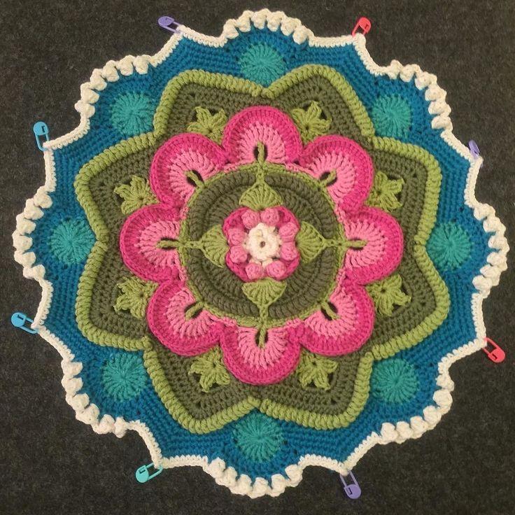 Blå himmel och vita moln är nu på plats på min rosenträdgårdmandala. #crochet #virka #hekle #häklen #vikingbjørk #favoritgarner #mandala #mandalamadness #cal #rosenträdgård #rosegarden #filt #blanket #diy #skapa #create by virkvisa