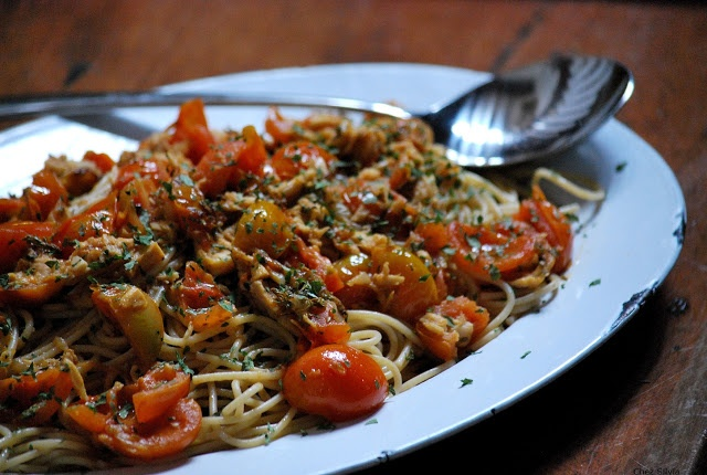 espaguetis integrales con tomate cereza, atún y tomillo
