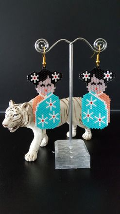 """Boucle d'oreilles """"Asie"""" Kokeshi en Tissage Peyote Pêche et Turquoise  Petit personnage asiatique en costume traditionnel  Composition :  -- Perles Miyuki 11/0 Peches, Turquo - 18102417"""