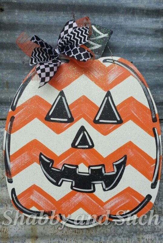 This adorable chevron jack-o-lantern pumpkin door hanger is the perfect addition to your fall decor! I draw my patterns, cut the wood and