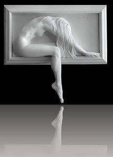 Tremenda escultura, tiene todo, belleza, ritmo, expresión... esta escultura en relieve junto con la otra es muy simple pero dentro de su simpleza muestra una gran complejidad de sentimientos. En mi opinion transmite un gran sufrimiento por parte de la mujer, una gran desesperacion y eso es lo que me ha llamado la atencion. Me encanta lo realista que es y su complejidad sentimental en un tono de blanco. Ademas, tiene unas texturas muy reales.
