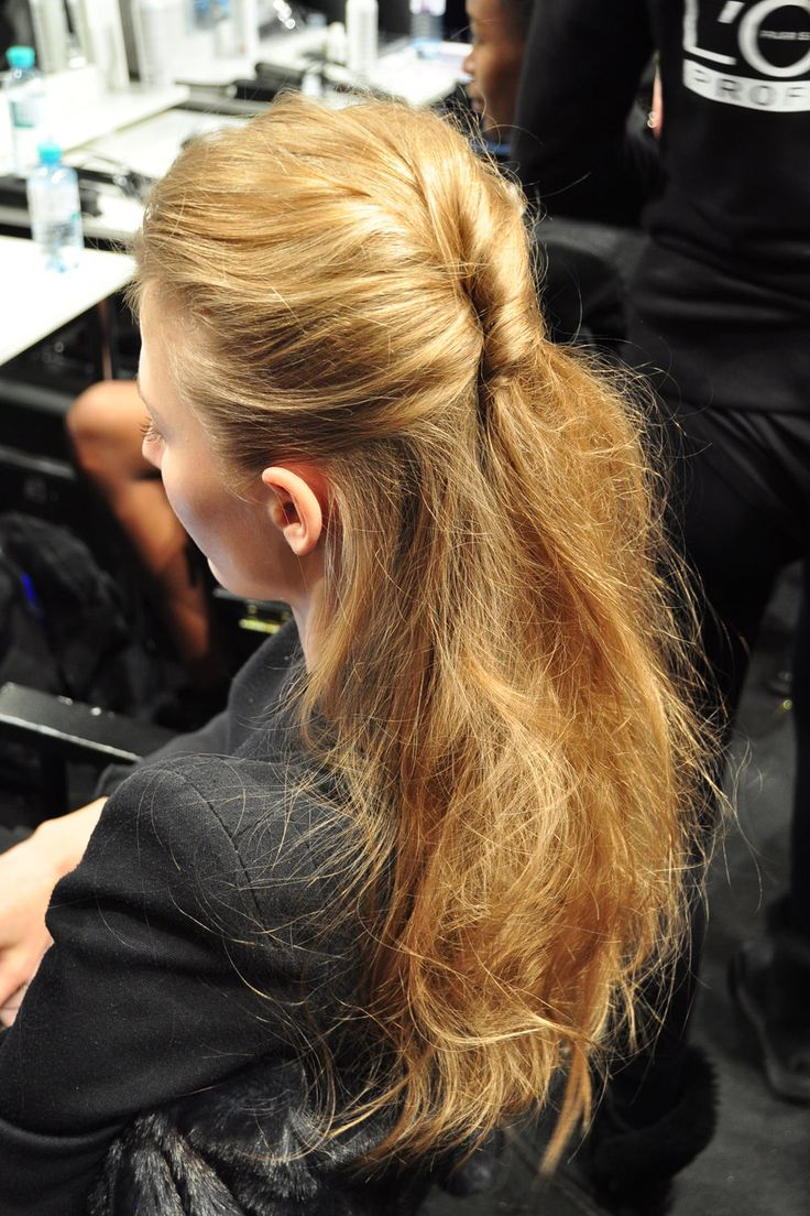 Elegantes Half-up-Hair und lässige Wellen: Wir haben den Stylisten backstage über die Schulter geschaut