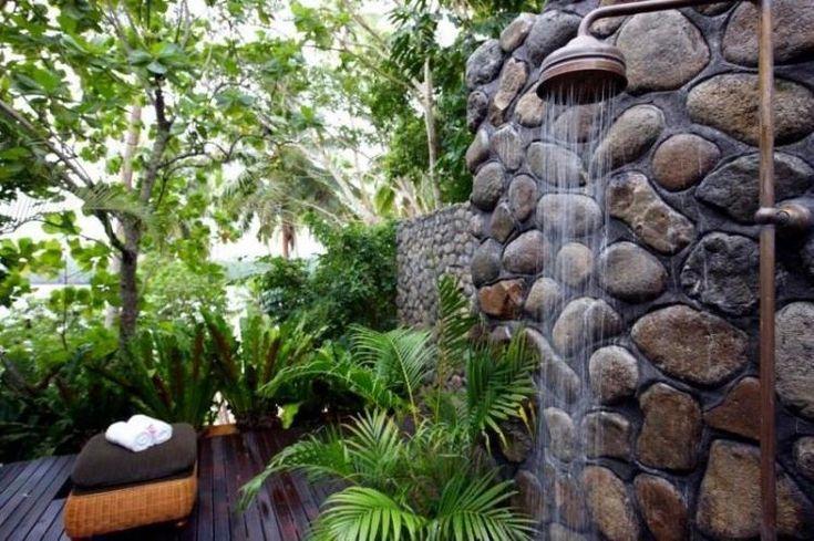 douche-jardin-métallique-parement-mural-pierre-terrasse-bois-composite