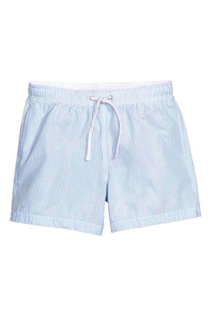Bañador de sirsaca: Bañador de rayas en tejido sirsaca de rayas. Cintura elástica con cordón de ajuste, bolsillos al bies y un bolsillo ribeteado detrás con cierre de velcro. Pantaloncillo de malla en el interior.