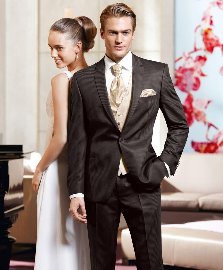 Und die dunkle Variante: Eleganter 1– Knopf Anzug in einem wertigen Faconnéstreifen aus Wolle/ Seide mit edlem Lüster. Die Weste mit Plastron und Einstecktuch runden das Outfit ab.