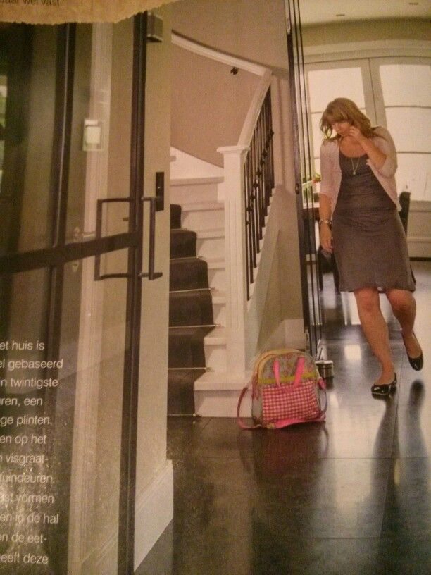 Mooie stijl! Donkere vloer, hoge witte plinten, witte trap met loper erop.