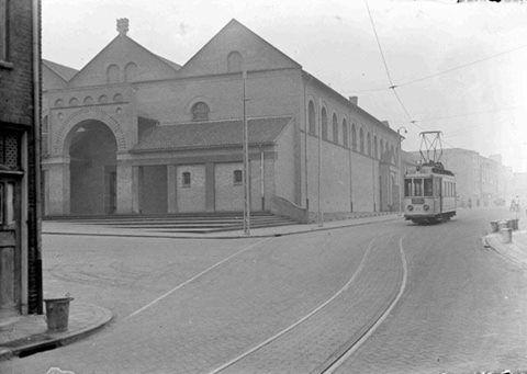De Carmelkerk aan de Doddendaal. De tram van Hees - Neerbosch, lijn 3, opweg naar plein 1944