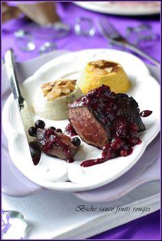 Pavé de biche mariné au vin, sauce fruits rouges et son moelleux au céleri