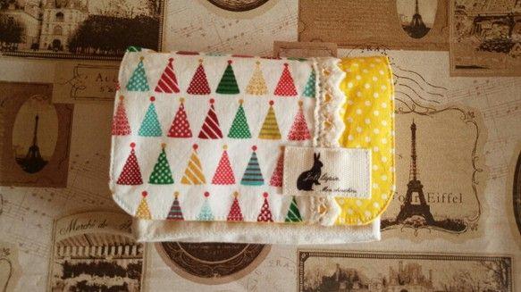ハンドメイドクリスマス2014 クリスマスを少し思わせるようなパーティーハットがたくさんプリントされた布地で移動ポケットを作りました。明るいイエロー水玉模様を...|ハンドメイド、手作り、手仕事品の通販・販売・購入ならCreema。