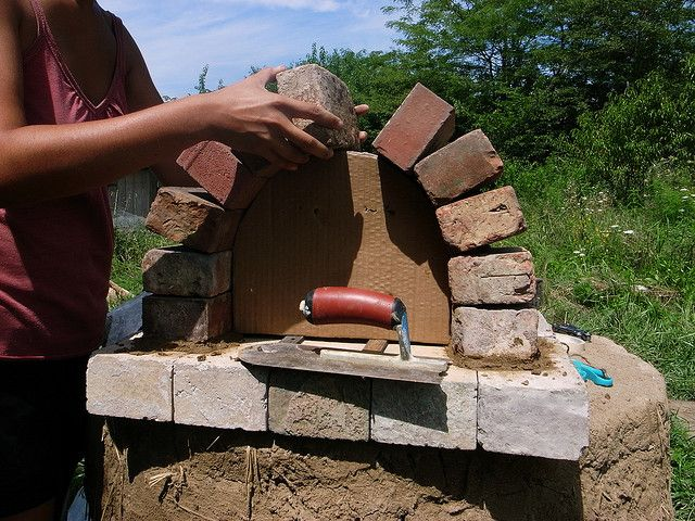 build an outdoor brick pizza oven for $20.00.....hmmm, may be worth a try! just what my hubby needs!