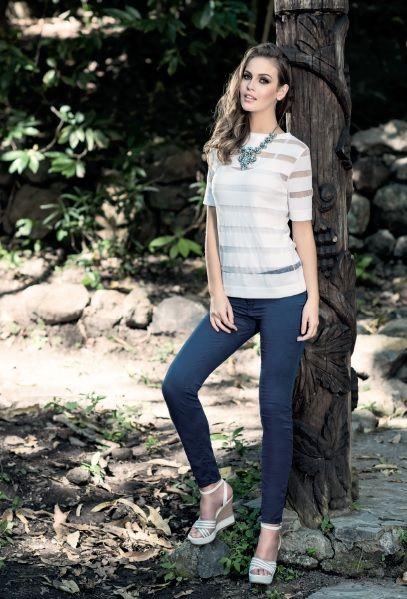 Blusa blanca con transparencias, pantalón marino en algodón y elastano. Collar multicolor. Zapatos plataforma corte textil, altura 12 cm. Encuéntralo en www.facebook.com/LaeTColor