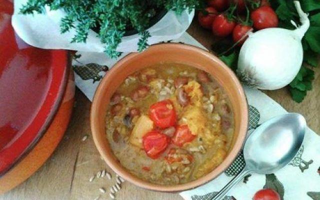 Zuppa contadina con fagioli e zucca Tempo di zucca e tempo di fagioli e allora perché non unirli in una zuppa davvero buona che con il farro fa leccare i baffi a grandi e piccini.  Il meglio dell'orto del contadino in una ricetta semp #cucina #ricette #semplicità