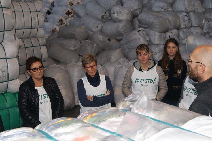 I dipendenti del Gruppo BPM alla scoperta della #filiera degli #abitiusati di HUMANA!   #volontari #volontariato #volontariatoaziendale