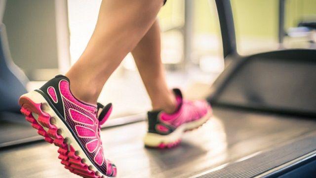 L'allenamento cardio per rassodare i glutei che vi propongo dura 22 minuti ed è a basso impatto, ma prende di mira i glutei e serve a bruciare calorie.