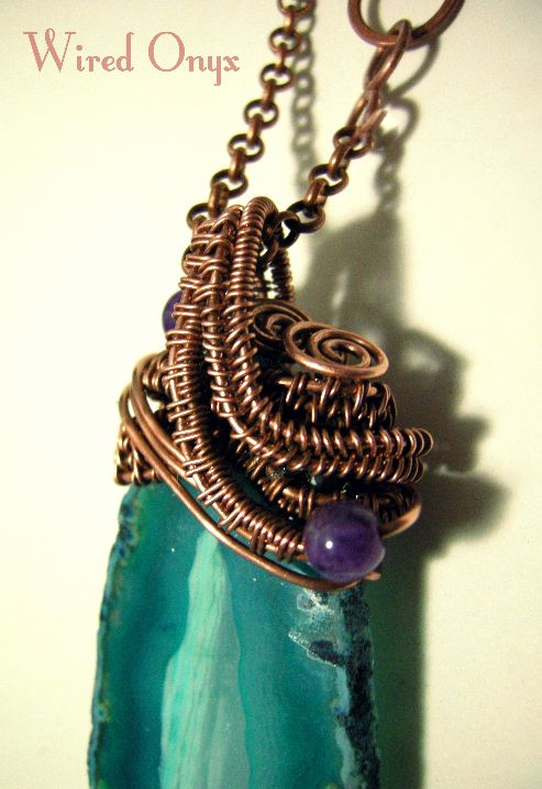 Elegant pendant made in copper with wire weaving technique. The pendant mounts a slice of green agate enriched with amethist pearls. The pendant has a copper chain with handmade clasp. The pendant is entirely handmade