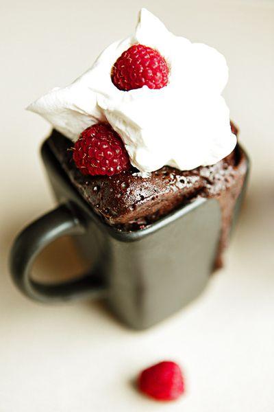 Miam! Alors ce mini-gateau au chocolat dans une tasse de café avec sa petite crème et ses framboises... A tomber!  http://cadran-hotel-gourmand.com/
