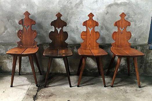 Past ook goed in een industrieel interieur. Mooie stevige/zware  stoelen van massief eiken hout. Mooie details.  Afmetingen: 90 cm hoog, 45cm zithoogte, 34,5cm breed, 46cm diep.  Materiaal: Massief eiken hout