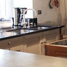 Granit, bois, quartz et étain : varier les plans de travail - Ambiance Manoirs & Châteaux - Cuisines Malegol