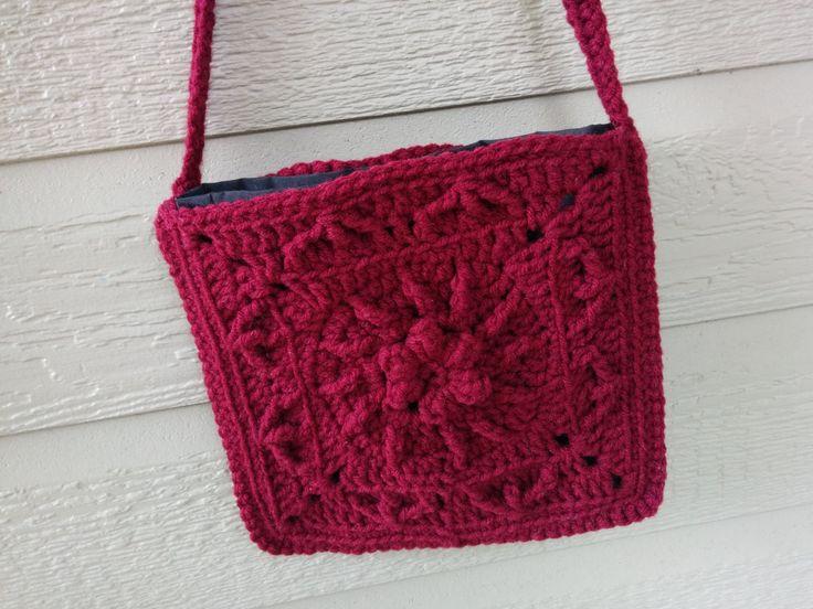 Sac à main carré ,  bandoulière,  porté à l'épaule,  fait main crochet, bourgogne doublé coton noir, pochette, motif floral de la boutique Agadoux sur Etsy