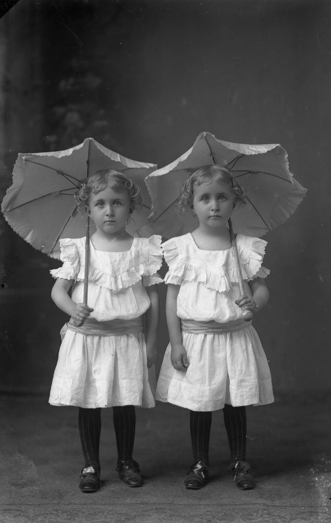 +~+~ Antique Photograph ~+~+  Twins with parasols. I love antique #photography featuring #twins .