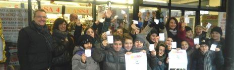 """Presso il punto vendita Conad di Cavriago è avvenuta il 20 dicembre la consegna degli addobbi per l'Albero degli Amici 2013 da parte dei generosi """"piccoli artisti"""" della 5 B della Scuola De Amicis di Cavriago"""