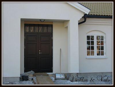 svart dörr med överljus vita fönster