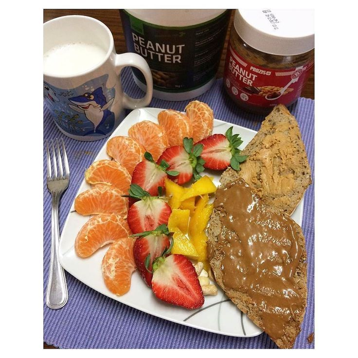Bom dia! Mais uma semana mas desta vez vai ser passada em casa  Pequeno almoço em dia que vou voltar ao meu antigo ginásio  Pai de cereais com manteiga de amendoim (comprei na @mws.pt ) e manteiga de amendoim smooth chocolate da prozis tangerina morangos manga e frutos secos! #peanutbutter #breakfast #pequenoalmoço #healthywomen #healthy #healthylife #healthychoises #healthykitchen #healthybreakfast #healthyfit #healthyisgoodformylife #healthychoises #healthylifestyle  #emmodovidasaudavel…
