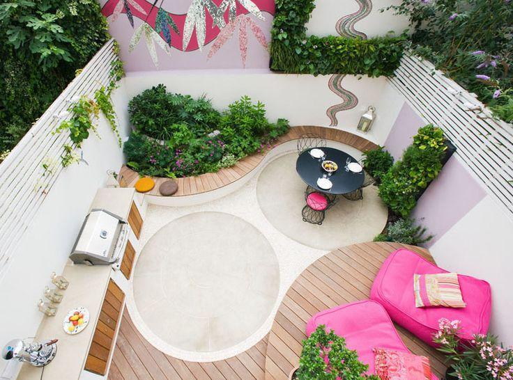 O quintal é inspirado em Ibiza e dividido em funções, com área gourmet, mesa de jantar, pufes para descanso e jardim