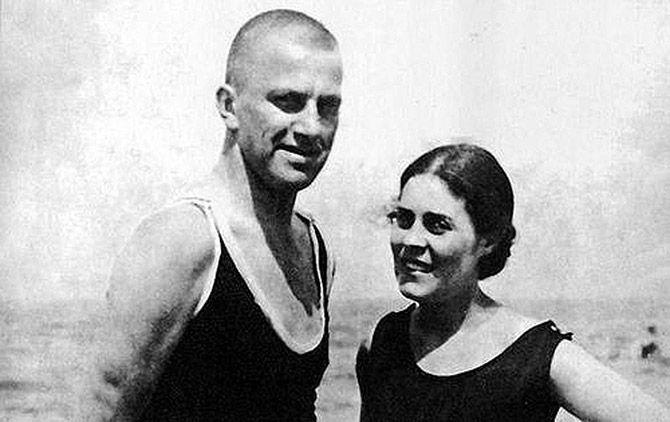 Маяковский и Брик на курорте в Германии. 1925 год.
