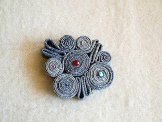 Broche de rollos de tela vaquera   -   Denim brooch rolls