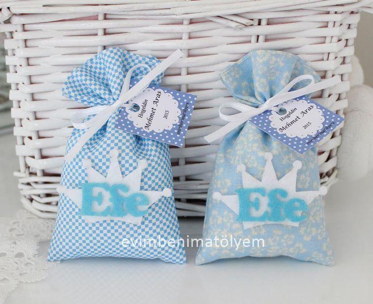 2015 yılı lavanta kesesi modellerimi bir hayli artırdığım yıl oldu. Kumaşın desenleri ve duruşuyla lavantanın bir kesede buluşması son zamanların tercih edilen bebek şekeri veya doğum günü partisi hediyelikleri oldu. Büyük bir çoğunluğu %100 pamuk kumaşlardan hazırladığım lavanta keselerime erkek bebeklere uygun taçlı ve önlüklü figürlü çeşitler ekledim... Çeşit çeşit renkte ve desende kumaşlardan hazırladığım bebek lavanta keselerinin önüne keçeden taç ve üzerine yine keçeden isim…