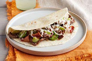 Une délicieuse recette à déguster sans tarder. Du bifteck assaisonné, des poivrons grillés et du bacon composent ce grand classique mexicain.