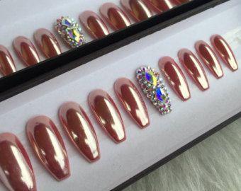 Mat Neon geel en naakt druk op nagels versierd met echte Swarovski-kristallen & gouden accenten.  Verkrijgbaar in elke vorm en grootte.  U selecteert een van de shapes voor lange ‼️if zorg ervoor dat u de grootte met de prijs van de lange vorm. Dank you‼️   Kies een 10 nagel-set of een volledige Set van 20 nagels (alle maten) als onzeker voor lijmen.  Maten: XS, S, M, L  XS: DUIM 3, PUNT 6, MIDDEN 5, RING 7, PINKY 9  S: DUIM 2, PUNT 5, MIDDEN 4, RING 6, PINKY 9  M: DUIM 1, PUNT 5, MIDDEN ...