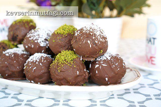 """Çikolata Kaplı Truff Tarifi - Malzemeler : 4 dilim kek (kuru üzüm gibi taneleri olmayan hazır ya da ev yapımı herhangi bir kek), 2 yemek kaşığı <a href=""""https://www.kevserinmutfagi.com/kahvaltilik-cikolatali-findik-kremasi-tarifi.html"""">kahvaltılık çikolatalı fındık kreması</a>, 2 yemek kaşığı hindistan cevizi rendesi, 3 yemek kaşığı süt (kekin kıvamına göre daha az veya daha fazla gerekebilir), 80 g sütlü veya bitter çikolata, Üzerini için çekilm..."""