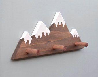 Pico de la montaña Wallhooks, bosque vivero Decor, decoración Woodland, gancho de la pared de la montaña, pared de madera gancho para niños