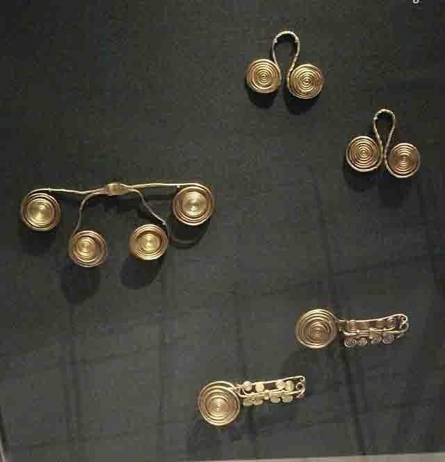 Золотые украшения из клада, обнаруженного в 19 веке на берегу Дуная.. 1600 - 1200 до н.э. Дунафёльдвар, Венгрия. Британский музей, Лондон.