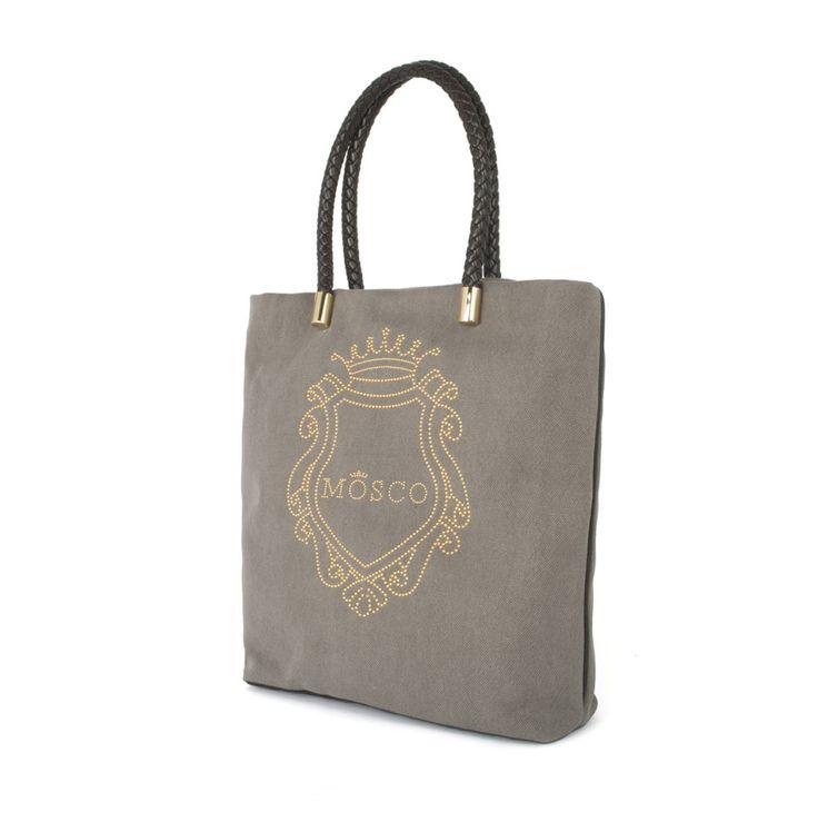• Shopping bag provvista di chiusura lampo •Fondo e profili in pelle di vitello •Manico in pelle lavorato scooby-doo •Tasche interne •Logo realizzato in micro borchie color oro  Euro 175,00