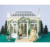 Miniature orangeri - samlesæt i forhold 1:12 Orangeriet er inspireret af de store engelske landsteders smukke glashuse. Det udstråler tidløs elegance, og man kan sagtens forestille sig den fredfyldte stemning derinde. Taget kan løftes af, og de tre døre kan åbnes. Samlesættet indeholder mange smukke detaljer, og alle døre og vinduer er for-samlede for at gøre det hele lidt lettere. Mål: 36 x 43 x 49 cm.