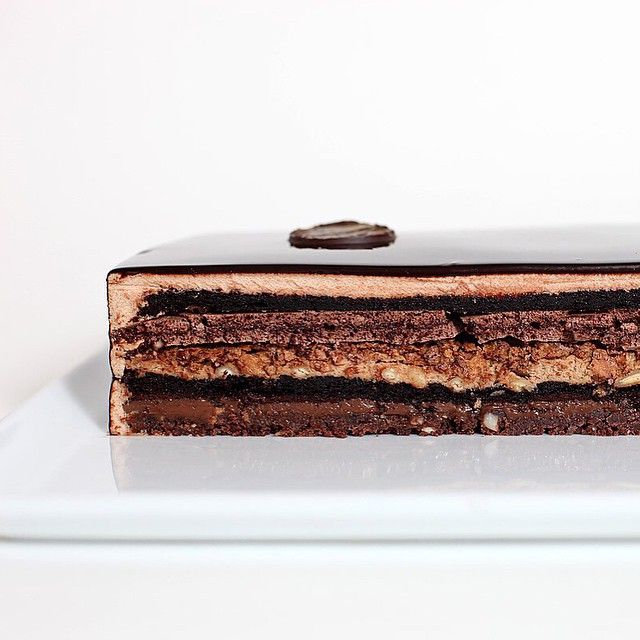 Ну очень шоколадный торт: Шоколадное песочное тесто Шоколадный бисквит без муки Шоколадный ганаш с бобами тонка Мусс с молочным шоколадом и орехами Хрустящий слой с роялтином и пралине Шоколадная меренга Мусс из белого шоколада #chocolate #cake #biscuit #tasty #chefstalk #GastroArt