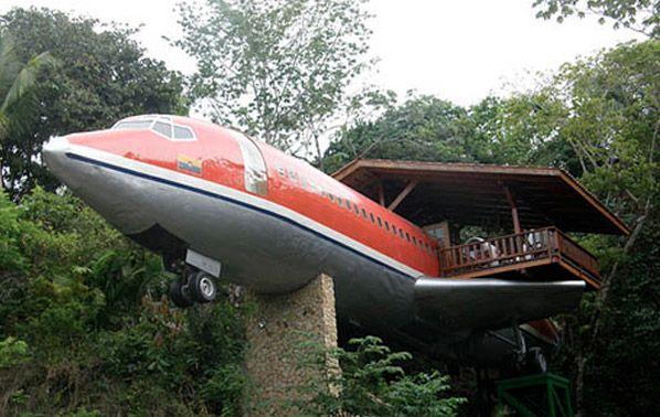 Esse Boeing 727 clássico produzido em 1965, e que pertenceu à South Africa Air e Avianca Airlines,ganhou uma aposentadoria feliz: ele virou um aposento do Hotel Costa Verde, localizado em uma ribanceira na floresta costeira, na Costa Rica. Ele possui dois quartos, com ar-condicionado, TV, sala de jantar, cozinha e, o melhor de tudo, vista pr...