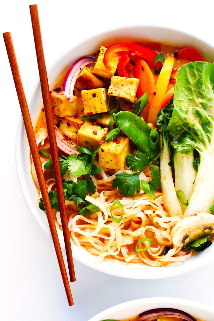 Diese Thai Curry Hot Pot Rezept ist so einfach zu machen ... und so lecker!  Es ist natürlich vegetarisch, vegan und glutenfrei (obwohl Sie Hühnchen, Schweinefleisch, Garnelen oder Rindfleisch hinzufügen können, wenn Sie möchten).  Es ist mit Tonnen von Gemüse und einer reichen Kokosnuss-Curry-Brühe gemacht.  Und es macht so viel Spaß für Dinnerpartys!  |  Gimme Some Oven #instantpot #koucumbercurry #souprecipe #hotpot