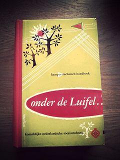 Onder de luifel kamperen met kinderen, tips uit 1957 | LeesVoer Onder de luifel | Een zoektocht naar domestic bliss omgetoverd tot smakelijk leesvoer