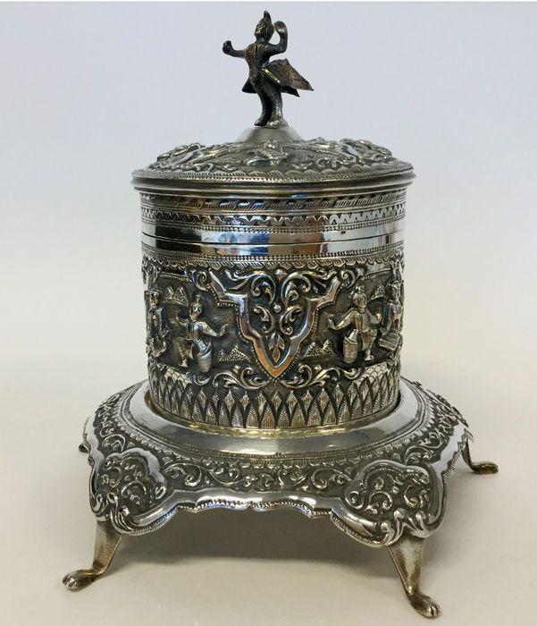 Zilveren pot met deksel op console, 20e eeuw