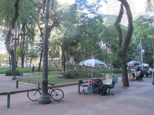 """O projeto """"Praças Digitais"""", cuja meta é implantar 120 pontos de internet Wi-Fi gratuita, ganhou um piloto na Praça Dom José Gaspar, região central de São Paulo. O objetivo do teste é verificar o funcionamento e a estabilidade da rede, que oferecerá conexão com uma velocidade mínima de 512 kbps - leia mais no G1 São Paulo."""