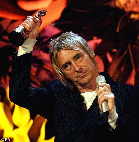 Paul Weller accepts the Outstanding Contribution to British Music award in 2006 and looks as cool as hell!