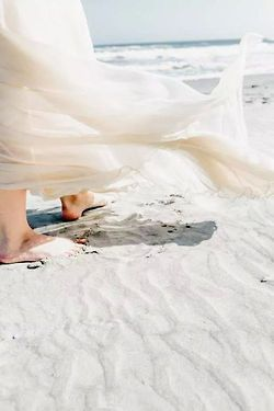 Caminando sobre arenas blancas. #arena #blanco #white #playa #mar