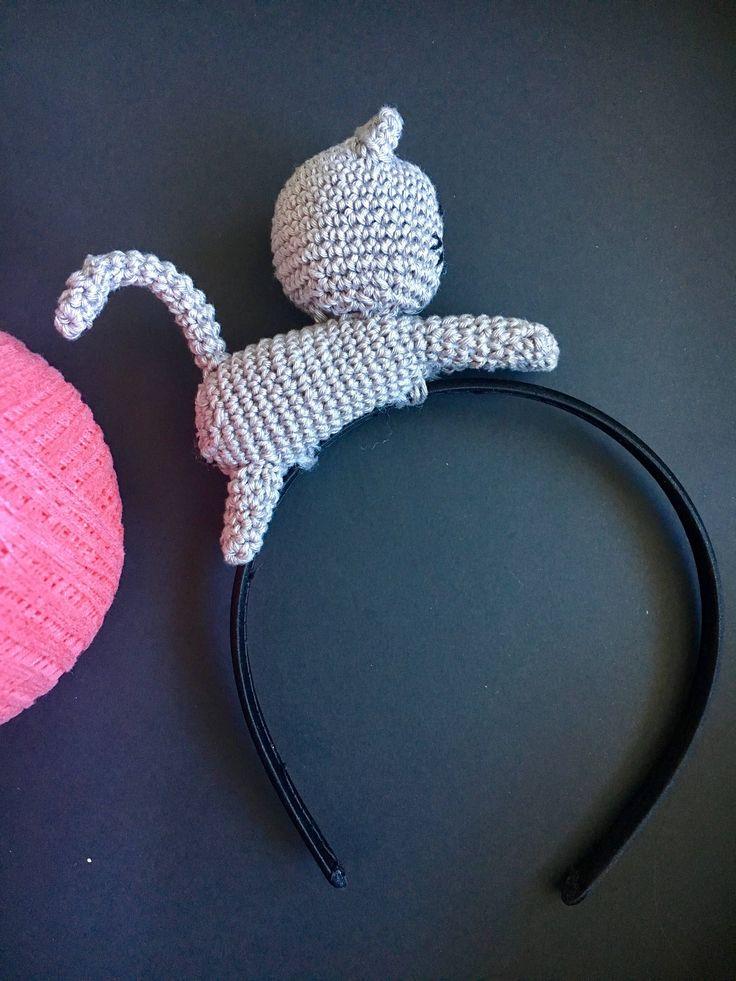 Cerchietto per ragazze e bambine amanti dei gatti, realizzato a mano con tecnica amigurumi in cotone grigio e dettagli neri. di AliceInTheBag su Etsy