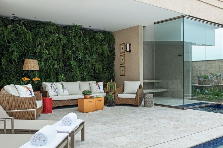 A casa de 800 m² no interior paulista passou por remodelação que trouxe a atmosfera elegante e acolhedora que os moradores desejavam – agora com vista para a área externa e suas inúmeras atrações. Projeto Nicole Krause.